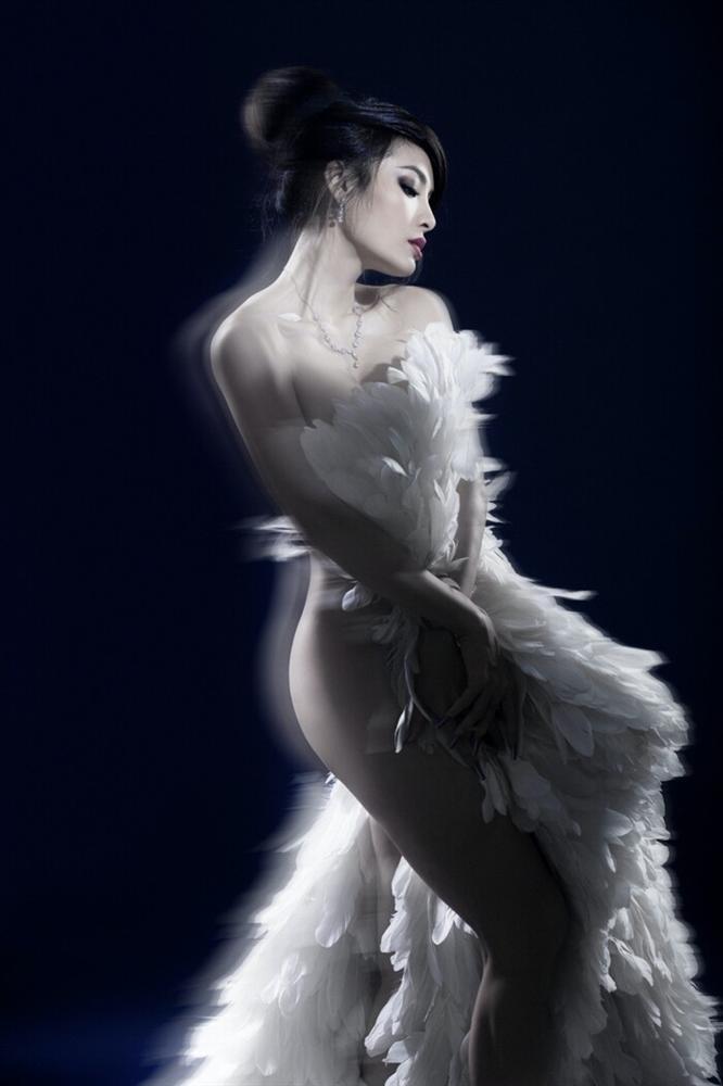 Phương Trinh Jolie gây sốt với hình bán nude nửa kín nửa hở-1