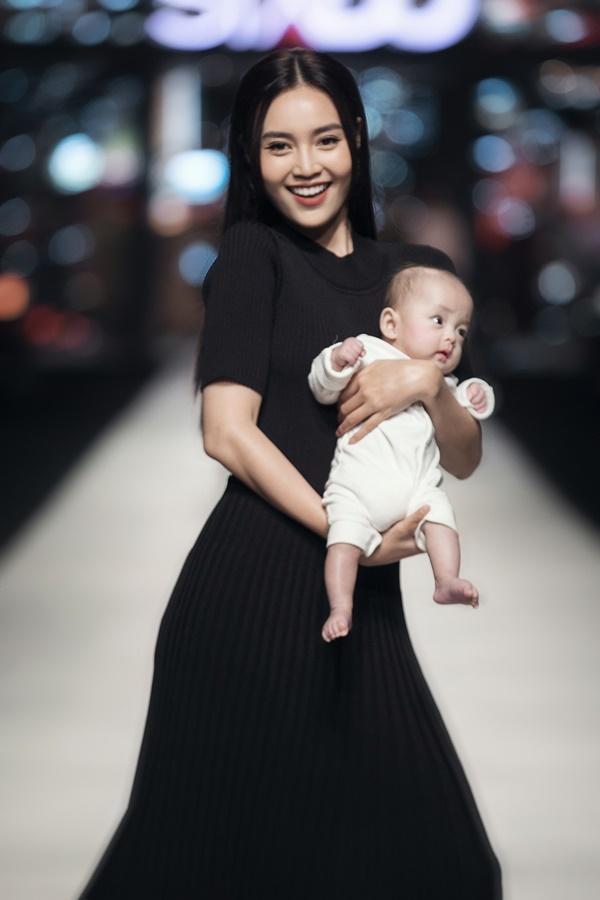 Ninh Dương Lan Ngọc bế nhóc tì 5 tháng tuổi nhà Đỗ Mạnh Cường catwalk gây bất ngờ-3
