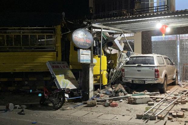 Clip: Kinh hoàng xe tải nổ lốp đâm loạt ô tô, lao vào 4 nhà dân ven đường khiến 3 người chết-2
