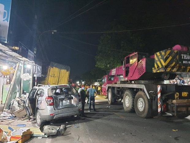 Clip: Kinh hoàng xe tải nổ lốp đâm loạt ô tô, lao vào 4 nhà dân ven đường khiến 3 người chết-4