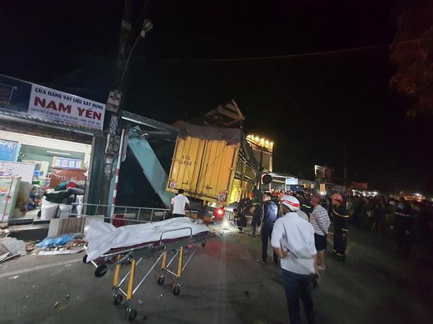 Clip: Kinh hoàng xe tải nổ lốp đâm loạt ô tô, lao vào 4 nhà dân ven đường khiến 3 người chết-6