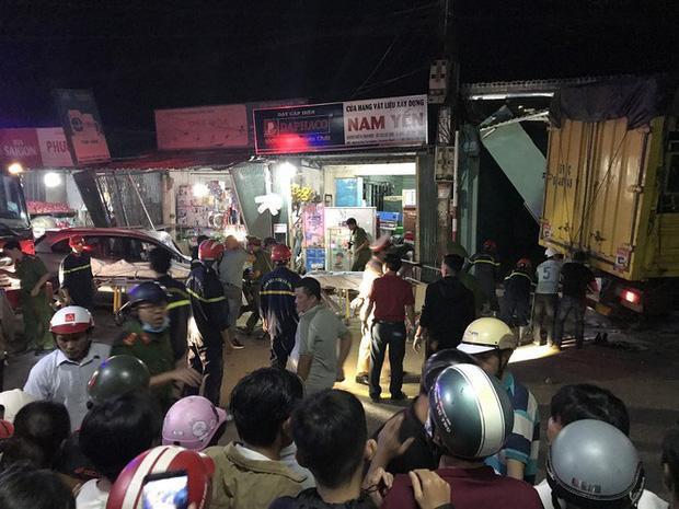 Clip: Kinh hoàng xe tải nổ lốp đâm loạt ô tô, lao vào 4 nhà dân ven đường khiến 3 người chết-7