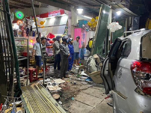 Clip: Kinh hoàng xe tải nổ lốp đâm loạt ô tô, lao vào 4 nhà dân ven đường khiến 3 người chết-5