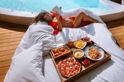 5 bữa sáng bên hồ bơi tại các khách sạn nổi tiếng thế giới