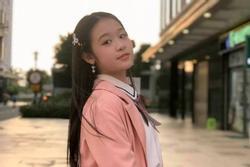 Tiểu Hoa khôi Tây Đô giờ làm cả MC sự kiện, nhìn vóc dáng và cách chọn quần áo của bé ai cũng bất ngờ