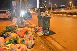 Hà Nội: Dân lại chặn xe vào bãi rác Nam Sơn, khu vực trung tâm ngập trong 'biển rác' bốc mùi hôi thối