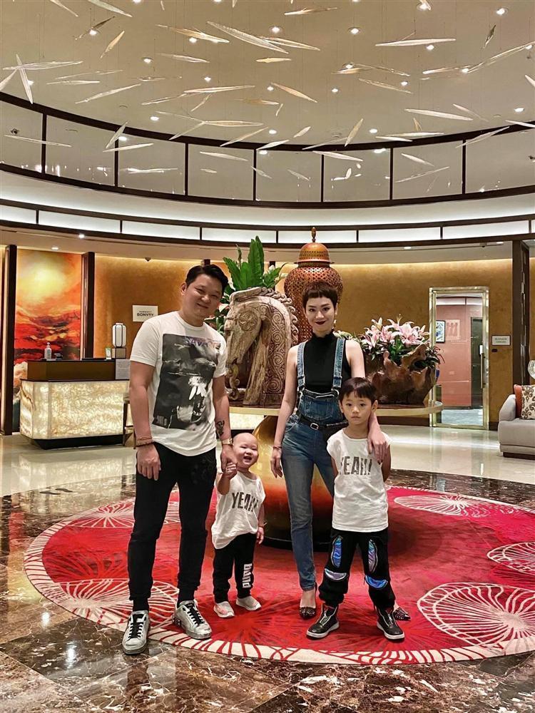 Gia đình Trà My Idol gây sốt với bức hình con ai người nấy dắt-1