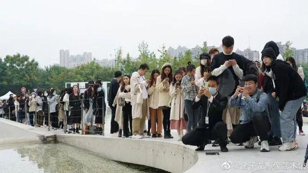 Thích thú hình ảnh hàng trăm người xếp hàng chờ được chú bảo vệ chụp ảnh hộ-3