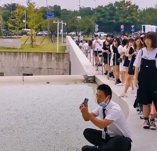 Thích thú hình ảnh hàng trăm người xếp hàng chờ được chú bảo vệ chụp ảnh hộ-10