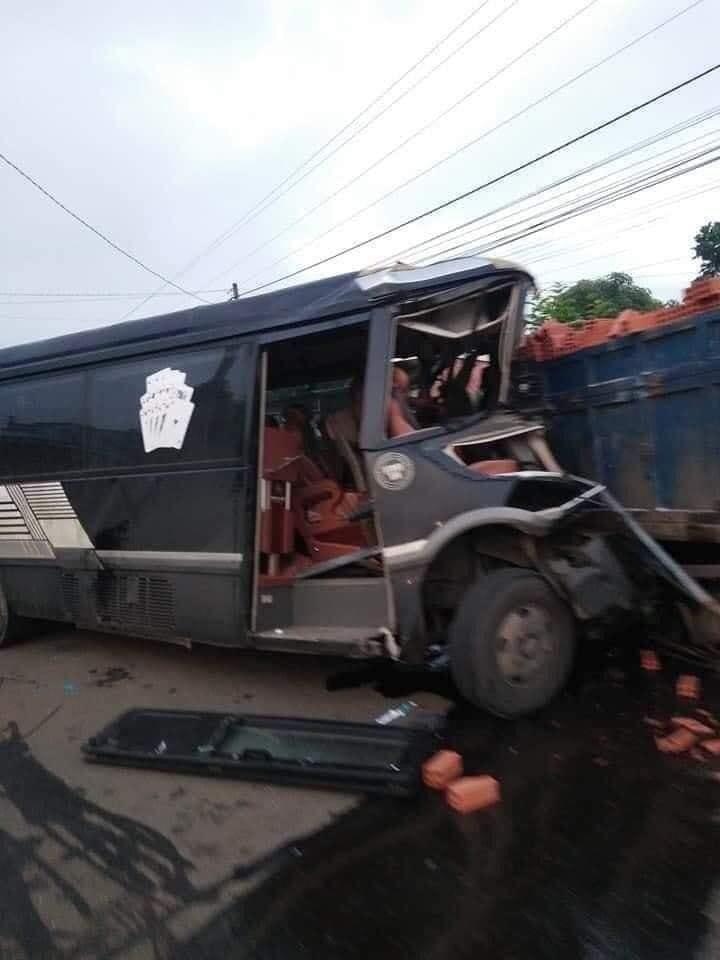 Kinh hoàng: Xe khách đấu đầu xe tải, 1 tài xế tử vong ở Đồng Nai-5