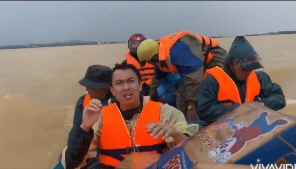 Bị chê đi từ thiện mà răng trắng thế, Hồ Việt Trung bức xúc: Để con nhổ hết cho zừa-4