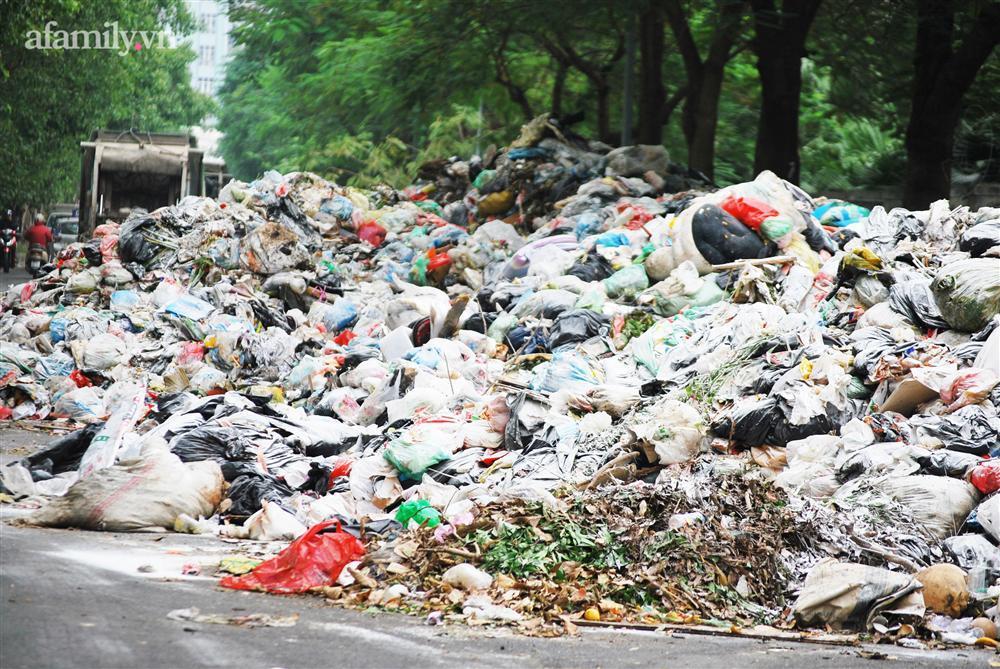 Hà Nội: Kinh hãi hàng loạt núi rác chất đống giữa phố bốc mùi hôi thối nồng nặc-1
