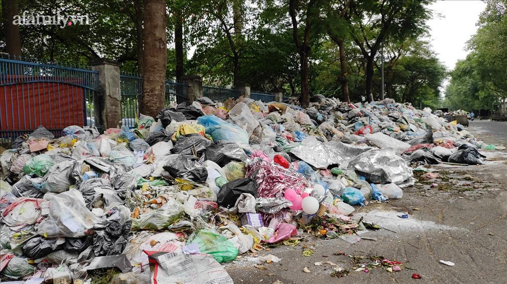 Hà Nội: Kinh hãi hàng loạt núi rác chất đống giữa phố bốc mùi hôi thối nồng nặc-8