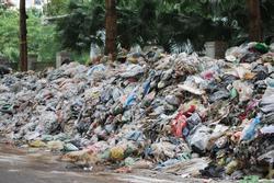 Hà Nội: Kinh hãi hàng loạt 'núi rác' chất đống giữa phố bốc mùi hôi thối nồng nặc