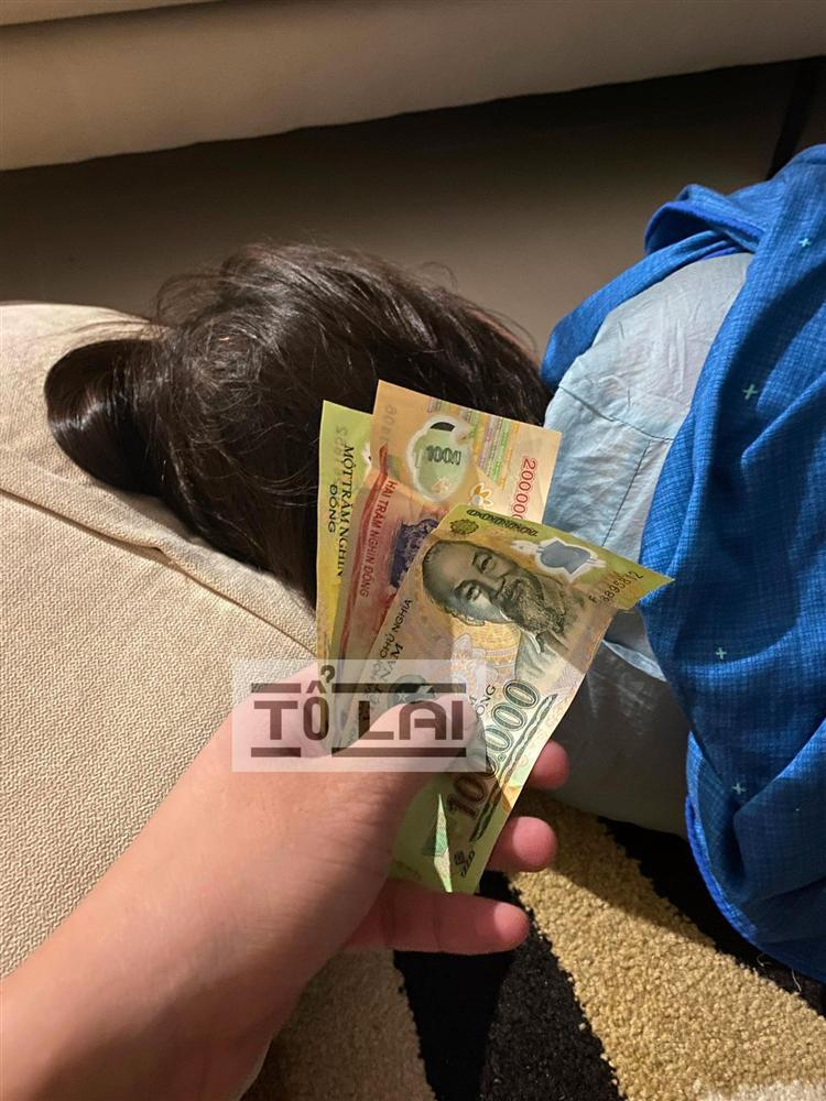 Ngày nào chồng cũng đưa tiền nhưng vợ không lấy và bí mật phía sau khiến hội anh em ngả nón-1
