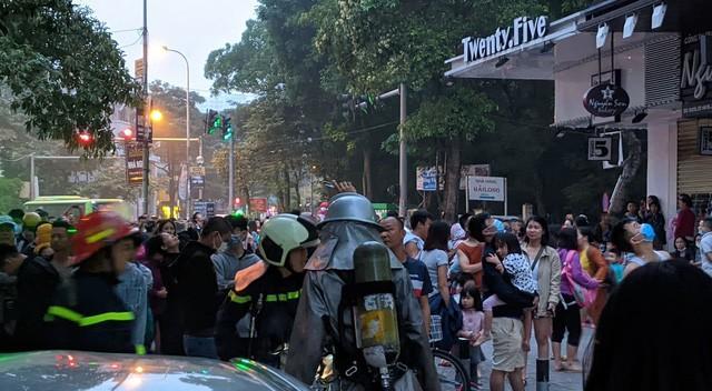 Sáng sớm, cháy lớn tại chung cư HH Linh Đàm, hàng nghìn người sợ hãi tháo chạy tán loạn-9