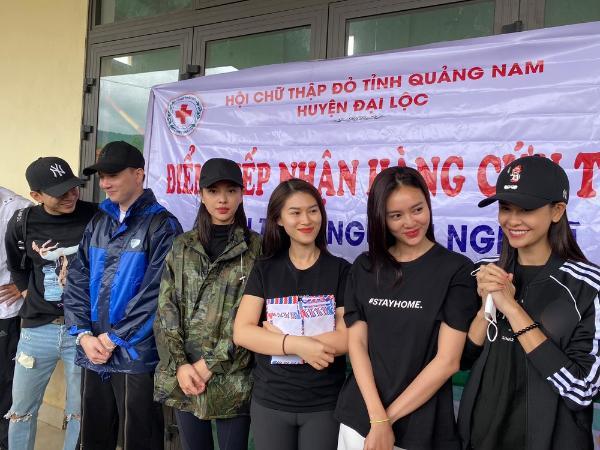 Ninh Dương Lan Ngọc - Chi Dân diện đồ đôi đi từ thiện miền Trung-4
