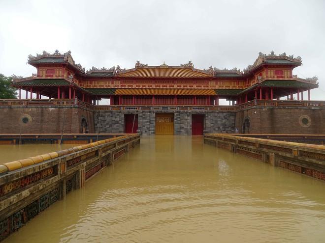 Hàng loạt địa điểm du lịch nổi tiếng miền Trung bị bủa vây trong nước lũ-2