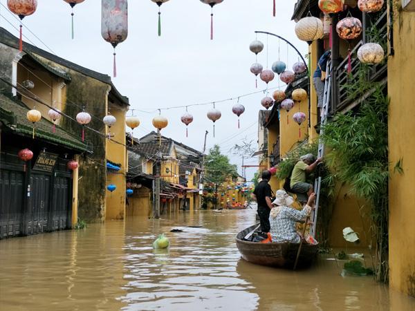 Hàng loạt địa điểm du lịch nổi tiếng miền Trung bị bủa vây trong nước lũ-5