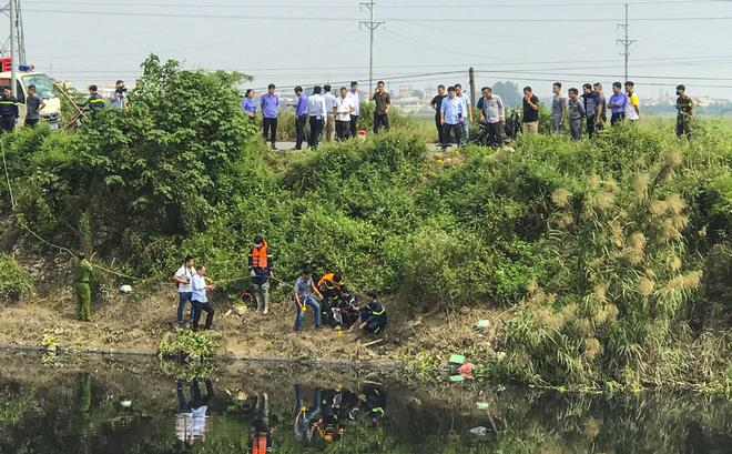 Clip: Người thân nữ sinh Học viện Ngân hàng ngất xỉu tại nơi tìm thấy thi thể-6