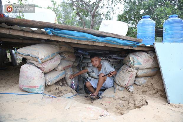 Người dân Quảng Nam đào hầm, đưa cả nhà xuống trú ẩn để tránh bão số 9-2