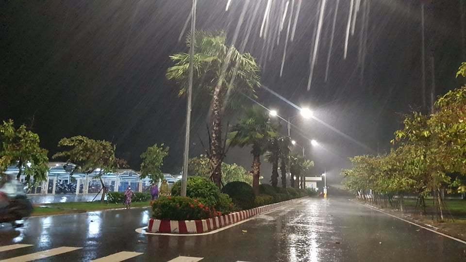 6h sáng, bão số 9 áp sát đất liền: Quảng Ngãi, Quảng Nam mưa rất lớn, gió rít liên tục-1
