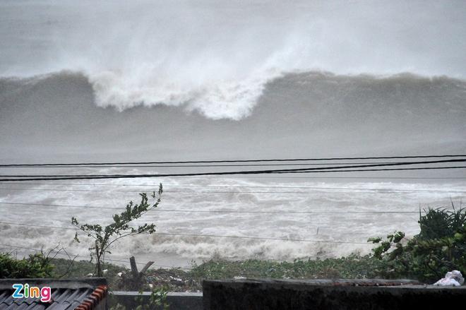 6h sáng, bão số 9 áp sát đất liền: Quảng Ngãi, Quảng Nam mưa rất lớn, gió rít liên tục-4