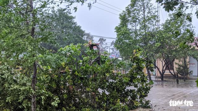 6h sáng, bão số 9 áp sát đất liền: Quảng Ngãi, Quảng Nam mưa rất lớn, gió rít liên tục-2