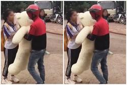 Nam thanh niên ôm gấu bông to bự đến 'mai phục', tỏ tình với nữ sinh cấp 3 và cái kết cực 'phũ'