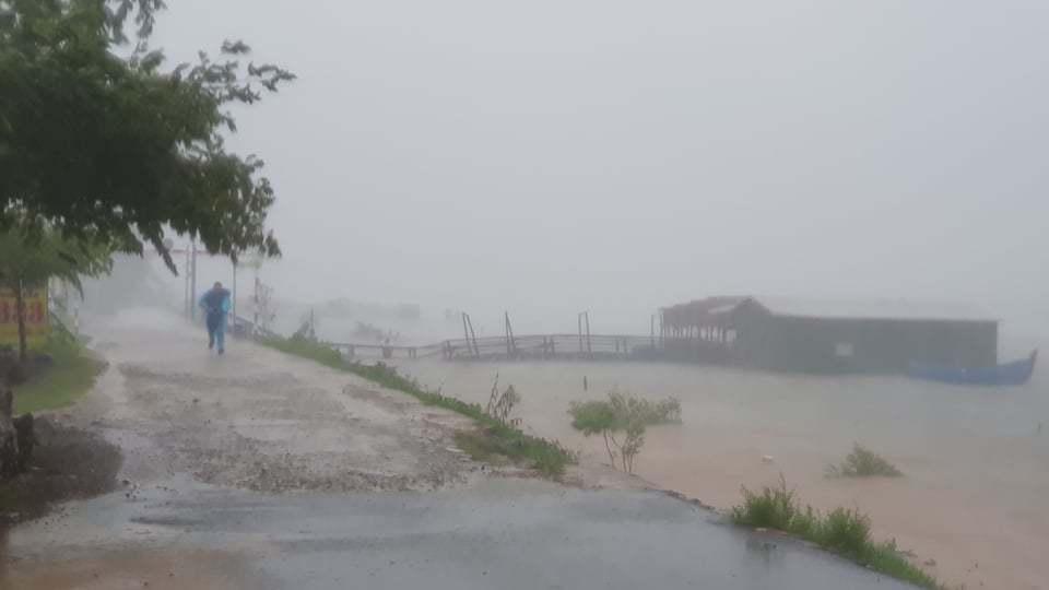 Clip: Bão số 9 vào Đà Nẵng, Quảng Ngãi mưa như trút nước, gió gầm rú kinh hoàng-4