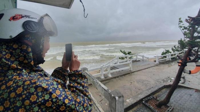 Clip: Bão số 9 vào Đà Nẵng, Quảng Ngãi mưa như trút nước, gió gầm rú kinh hoàng-7