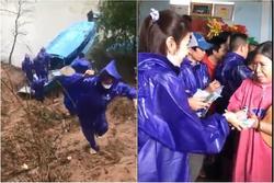 Thủy Tiên - Công Vinh dầm mưa từ thiện, nhắc đi nhắc lại một câu với người dân