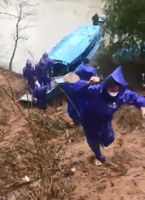 Thủy Tiên - Công Vinh dầm mưa từ thiện, nhắc đi nhắc lại một câu với người dân-1