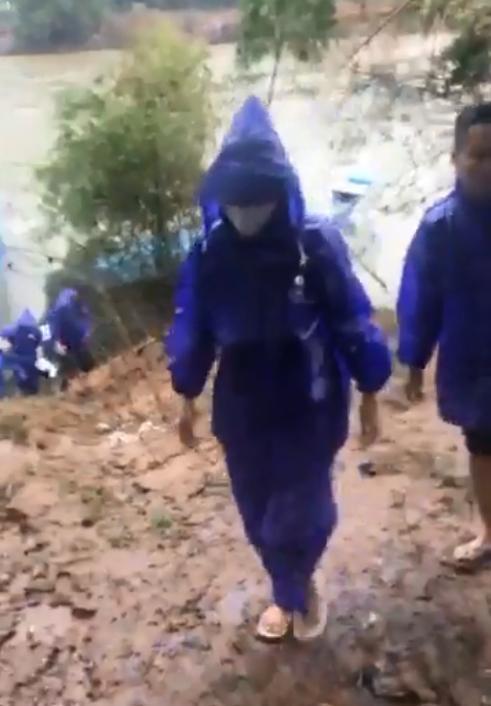 Thủy Tiên - Công Vinh dầm mưa từ thiện, nhắc đi nhắc lại một câu với người dân-2
