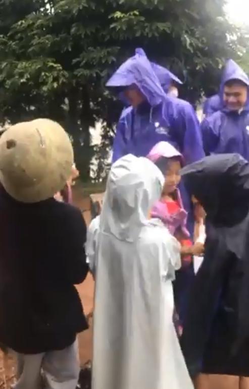 Thủy Tiên - Công Vinh dầm mưa từ thiện, nhắc đi nhắc lại một câu với người dân-4