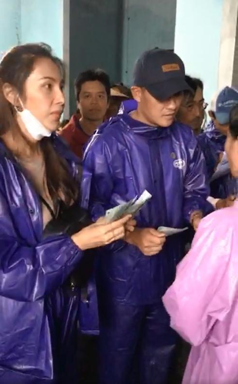 Thủy Tiên - Công Vinh dầm mưa từ thiện, nhắc đi nhắc lại một câu với người dân-5