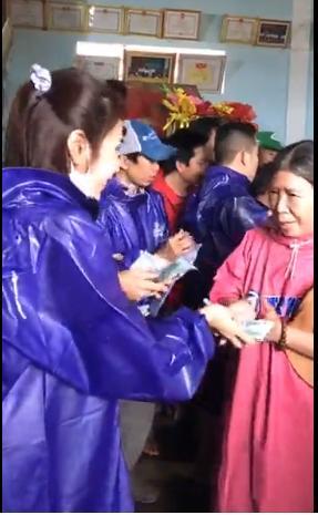 Thủy Tiên - Công Vinh dầm mưa từ thiện, nhắc đi nhắc lại một câu với người dân-6