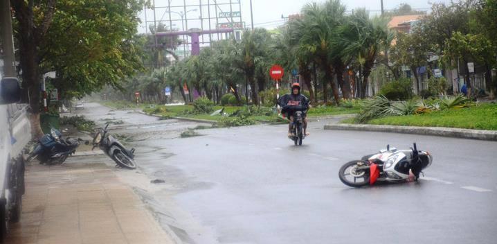 Clip: Thanh niên Đà Nẵng bị gió thổi bay, gồng người dắt xe không kịp chạy-4