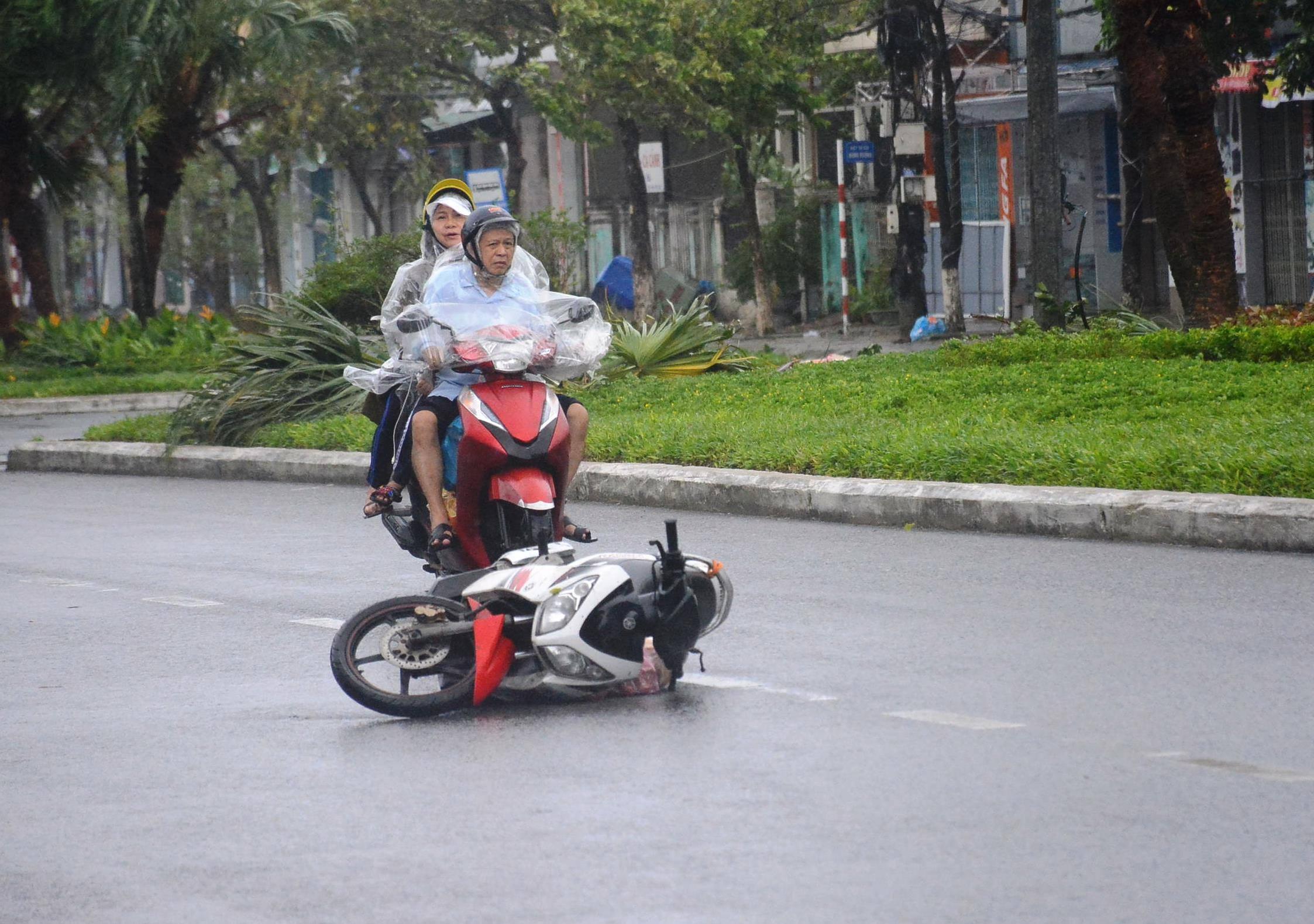Clip: Thanh niên Đà Nẵng bị gió thổi bay, gồng người dắt xe không kịp chạy-3
