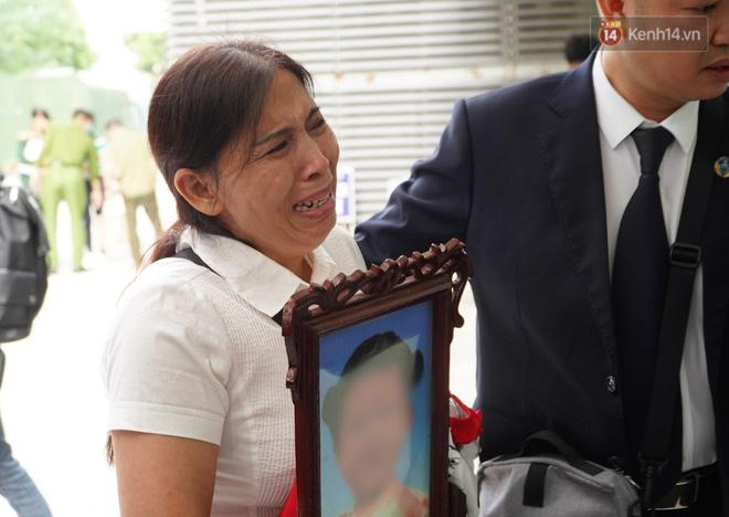 Bé gái 3 tuổi bị mẹ và người tình bạo hành đến chết: Hoãn xét xử, bà ngoại ôm di ảnh cháu khóc nghẹn-3