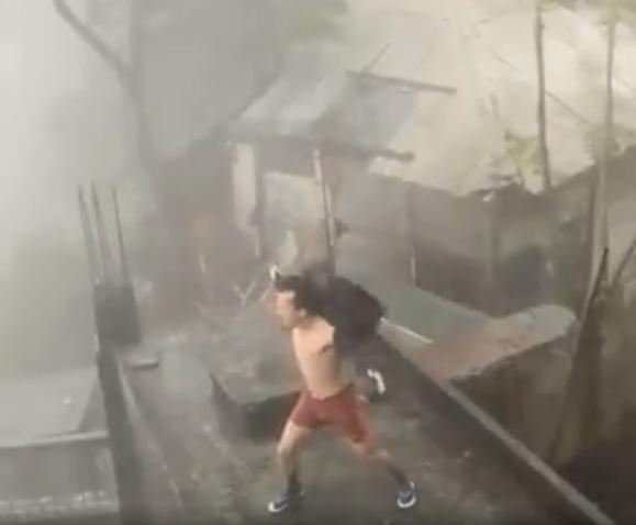 Clip: Chết cười thanh niên phanh ngực nhún nhảy giữa trời thách thức bão giông-2