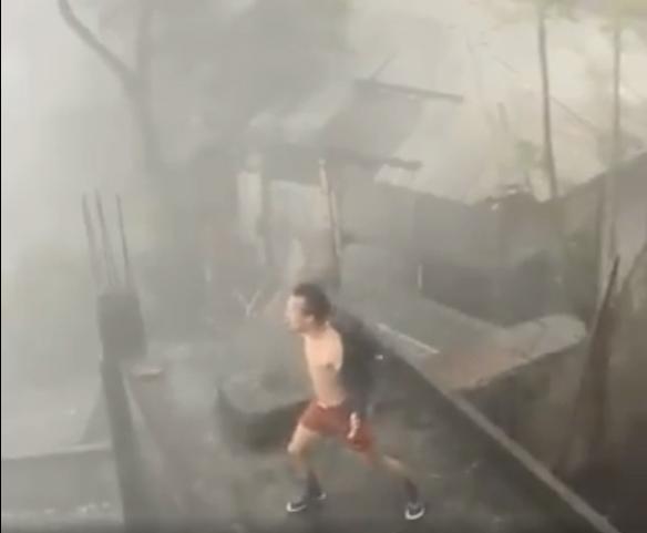 Clip: Chết cười thanh niên phanh ngực nhún nhảy giữa trời thách thức bão giông-4