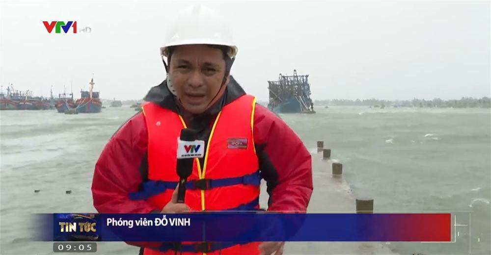Phóng viên VTV bị gió xô nghiêng ngả khi dẫn bản tin giữa tâm bão số 9-1