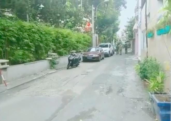 Người đàn ông tâm thần ở Sài Gòn cầm dao, điên cuồng chặt chém nhiều ô tô-1