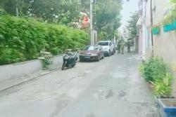 Người đàn ông tâm thần ở Sài Gòn cầm dao, điên cuồng chặt chém nhiều ô tô