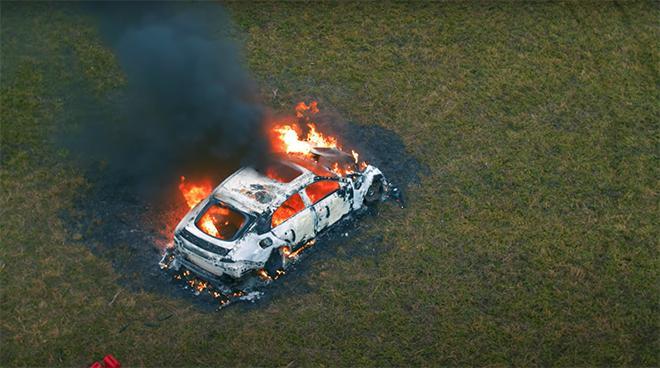 Clip gây sốc: Chàng trai tưới xăng châm lửa đốt siêu xe gần 4 tỷ đồng vì bực mình-2
