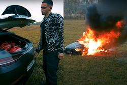 Clip gây sốc: Chàng trai tưới xăng châm lửa đốt siêu xe gần 4 tỷ đồng vì 'bực mình'