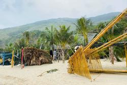 Bãi biển Quy Nhơn 1 ngày sau bão số 9: Khung cảnh tan hoang, các công trình du lịch bị phá hủy gần như toàn bộ