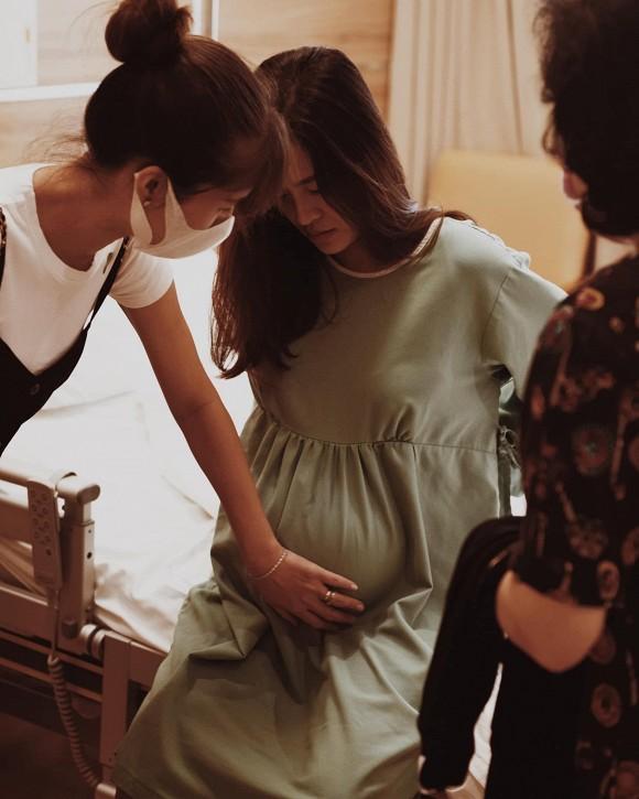 Loạt ảnh hiếm hoi Đông Nhi trong phòng sinh, hé lộ dung mạo con gái-2