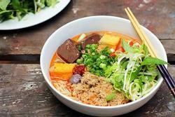 Khách nước ngoài ăn thử bún riêu Việt Nam